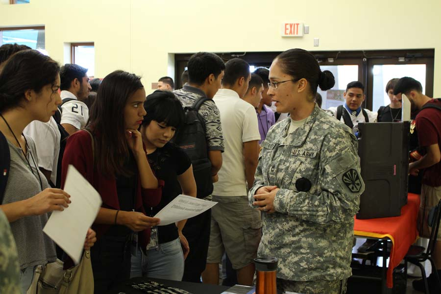 Military+interested+seniors+interact+with+an+Army+representative.
