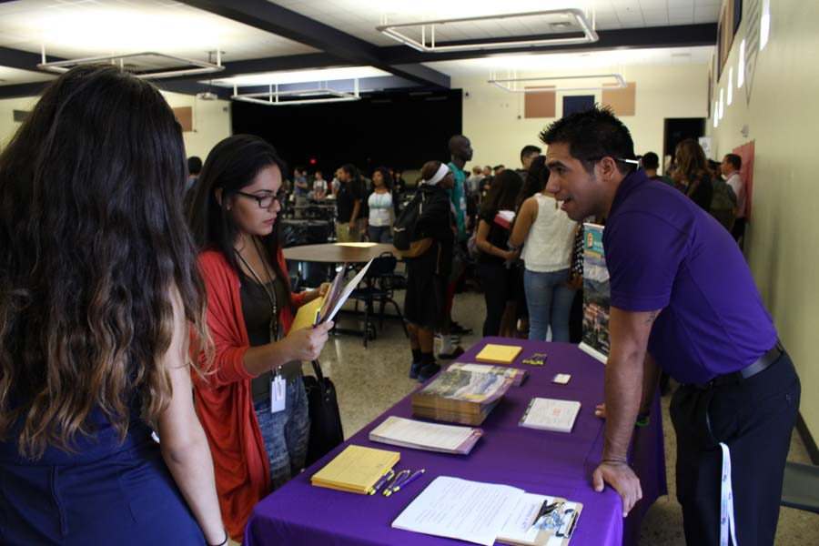 Representative+from+New+Mexico+University+speaks+to+interested+students.