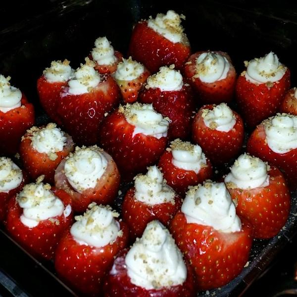 One+batch+of+yummy-looking+cheesecake-stuffed+strawberries%21
