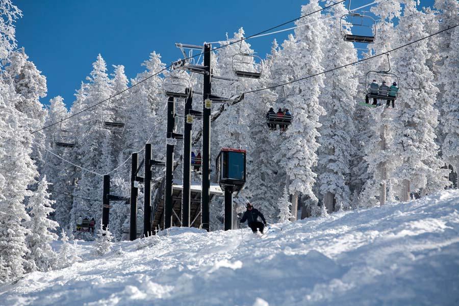 Winter+view+of+the+ski-lift+riders.+