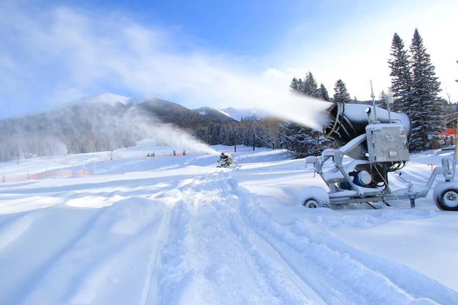 The+making+of+%22natural%22+snowfall+used+to+lengthen+ski-days+at+Snowbowl.