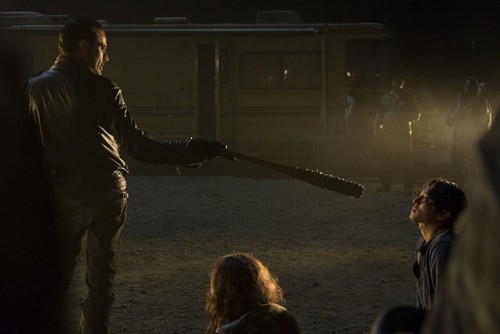 7x01-the-day-will-come-when-you-won-t-be-glenn-and-negan-the-walking-dead-39971279-500-334
